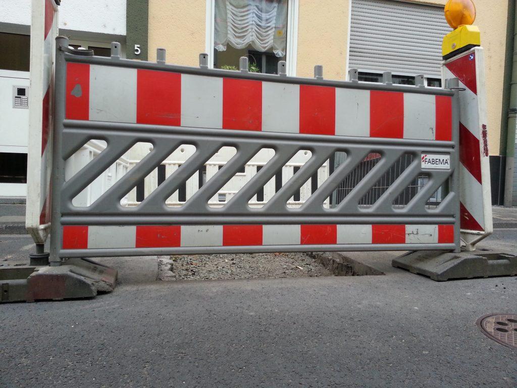Absperrung Baustelle für Kabelverlegung
